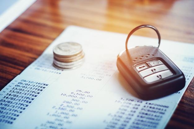 Assicurazione auto, auto remoto e conto contabile in finanza e concetto bancario