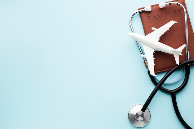 Assicurazione medica in viaggio con lo spazio della copia dell'aeroplano