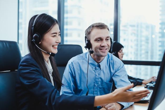 Assistente che supervisiona il personale del call center in ufficio.