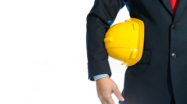 Assistente tecnico nel casco della holding del vestito isolato