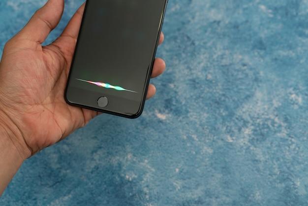 Assistente vocale per iphone, apple, assistente vocale intelligente, chiamato siri. intelligenza artificiale.