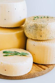 Assorted? achotta testa di formaggio con cumino nero, fieno greco ed erbe su sfondo bianco