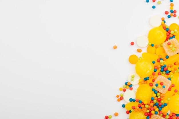 Assortimenti di caramelle sul tavolo bianco