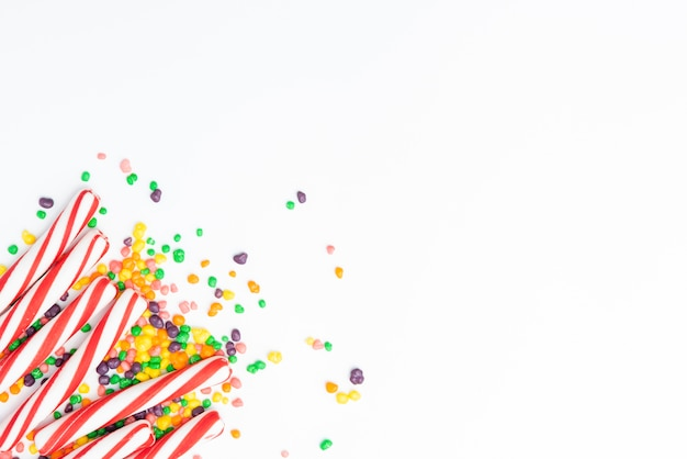 Assortimenti di caramelle sul tavolo con copia-spazio