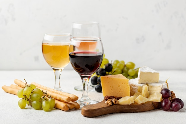 Assortimenti di formaggi per degustazione di vini