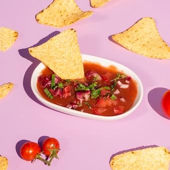 Assortimento ad alto angolo con tortilla chips in salsa