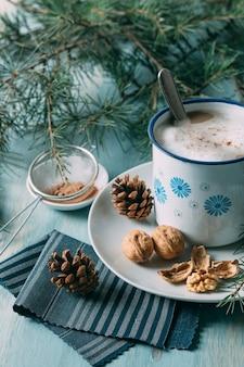 Assortimento ad alto angolo con una tazza di cioccolata calda