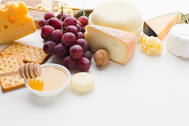 Assortimento ad alto angolo di formaggi e uva da buongustai
