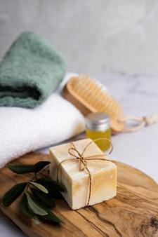 Assortimento bagno ad alto angolo con poco sapone