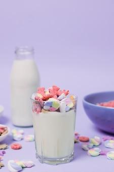 Assortimento con bicchiere e bottiglia di latte