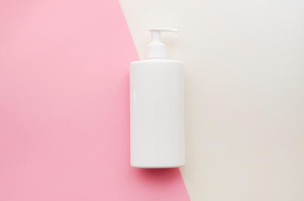 Assortimento con bottiglia di sapone bianca