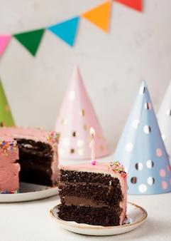 Assortimento con fetta di torta e ornamenti