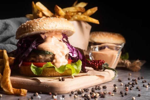 Assortimento con gustosi hamburger e patatine fritte
