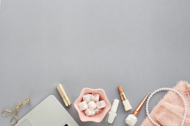 Assortimento con prodotti di bellezza su sfondo grigio e copia-spazio