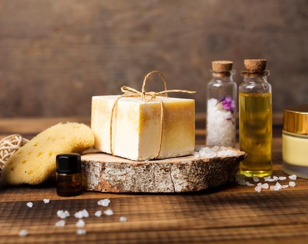 Assortimento con sale e sapone per il bagno