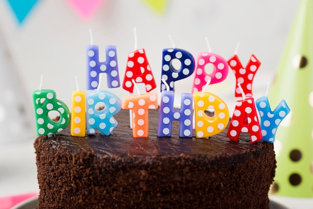 Assortimento con torta al cioccolato e candeline