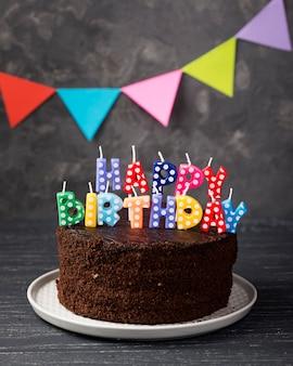Assortimento con torta di compleanno e decorazioni