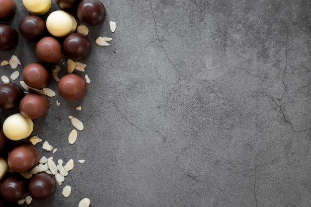 Assortimento delizioso delle palle del cioccolato con lo spazio della copia