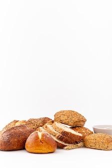 Assortimento delizioso di vista frontale dello spazio della copia e del pane
