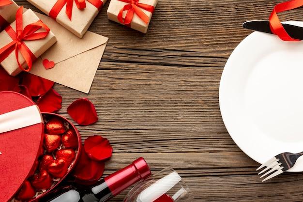 Assortimento della cena di san valentino con il piatto vuoto