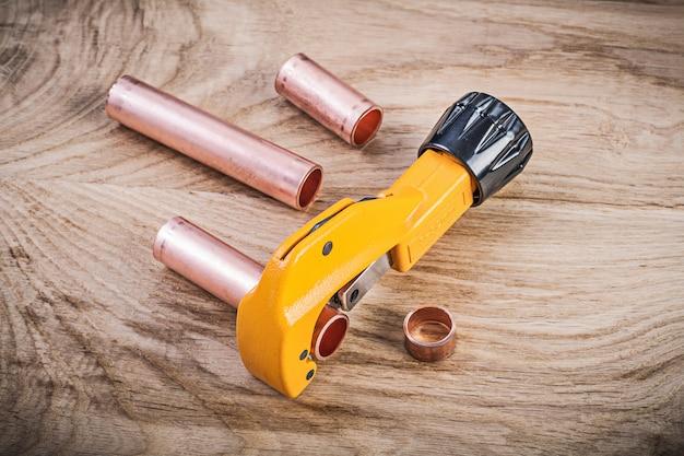 Assortimento della taglierina d'ottone della tubatura dell'acqua sul concetto dell'impianto idraulico del bordo di legno