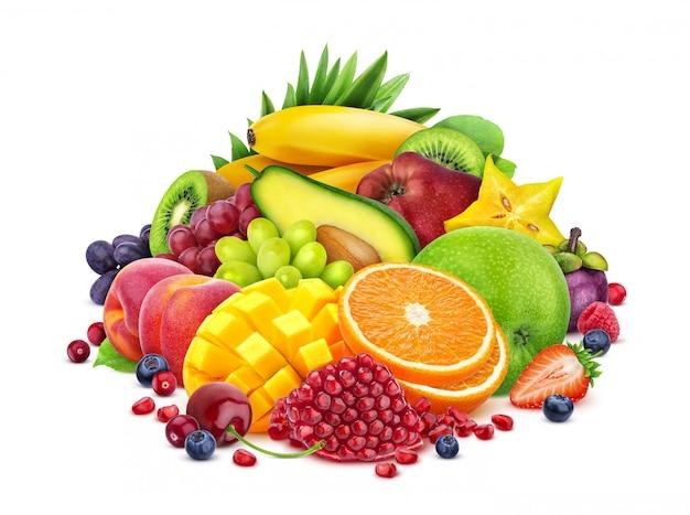 Assortimento delle bacche e delle frutta isolato su fondo bianco con il percorso di ritaglio