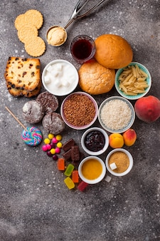 Assortimento di alimenti a base di carboidrati semplici