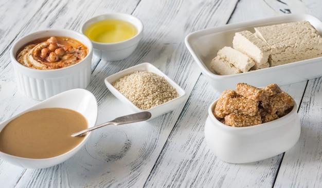 Assortimento di alimenti a base di semi di sesamo