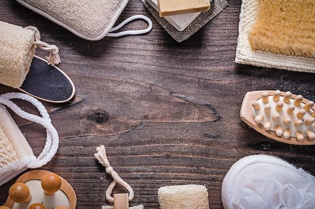 Assortimento di articoli da bagno su tavola di legno direttamente sopra