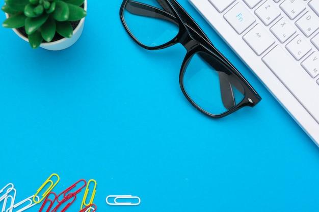 Assortimento di articoli per ufficio e accessori tecnologici, tavolo da lavoro moderno, vista dall'alto