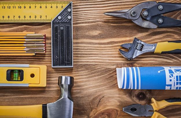 Assortimento di attrezzature da costruzione su tavola di legno d'epoca