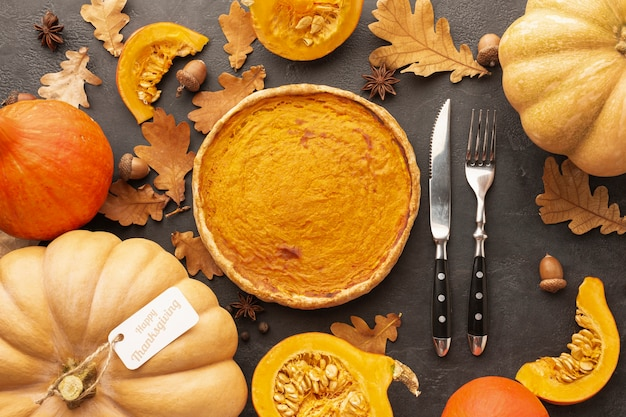 Assortimento di autunno vista dall'alto con zucche e torta