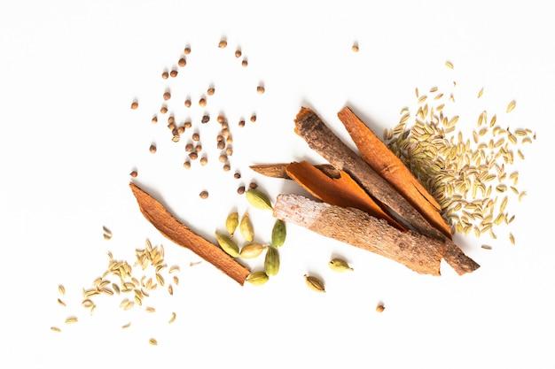 Assortimento di baccelli di cardamomo spezie orientali, semi di coriandolo, finocchio e bastoncini di corteccia di cassia alla cannella