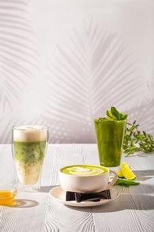 Assortimento di bevande al tè verde matcha - tè verde ghiaccio, frappé e tè verde al latte caldo