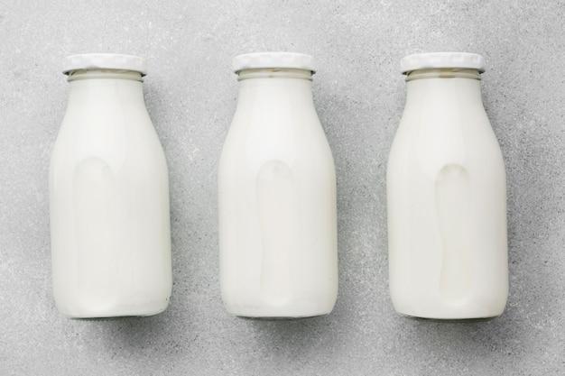 Assortimento di bottiglie di latte fresco vista dall'alto