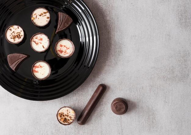 Assortimento di caramelle al cioccolato vista dall'alto