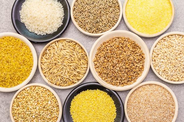 Assortimento di cereali biologici, legumi e cereali integrali in ciotole