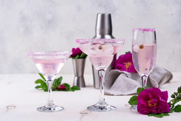 Assortimento di cocktail rosa con sciroppo di rosa.