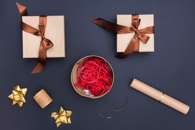 Assortimento di confezione regalo creativo laico piatto su sfondo scuro