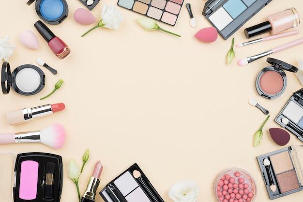 Assortimento di cosmetici diversi distesi piatti con spazio di copia