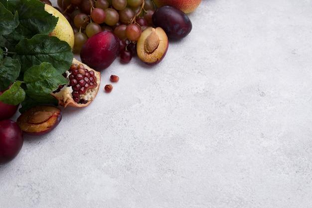 Assortimento di deliziosi frutti autunnali con copia spazio