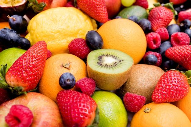 Assortimento di deliziosi frutti freschi
