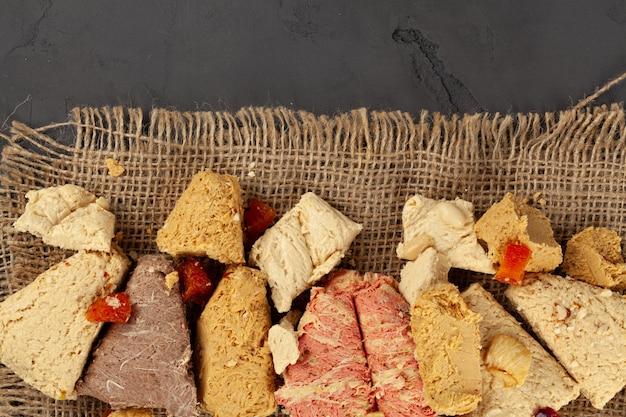 Assortimento di dessert turchi baklava e halva