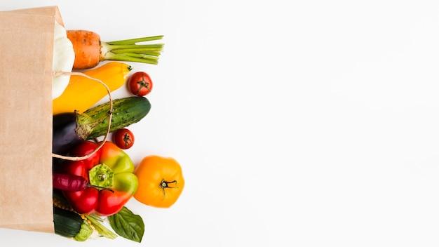 Assortimento di diverse verdure fresche con copia spazio