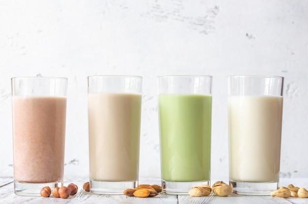 Assortimento di diversi tipi di latte