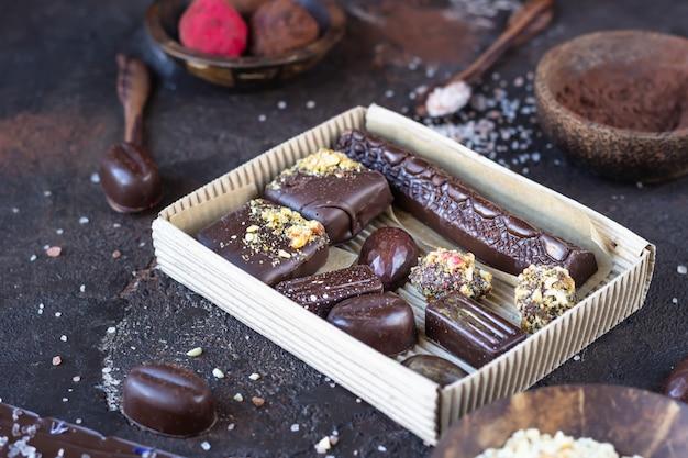 Assortimento di dolciumi con caramelle al cioccolato e praline