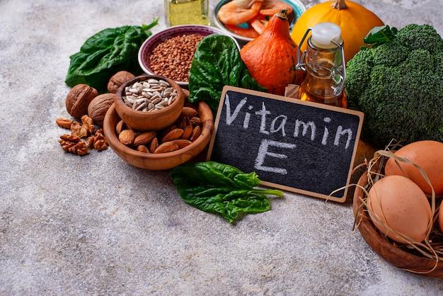 Assortimento di fonti alimentari di vitamina e