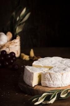 Assortimento di formaggi ad alto angolo sul tavolo