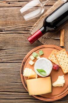 Assortimento di formaggi gourmet vista dall'alto con vino e bicchiere