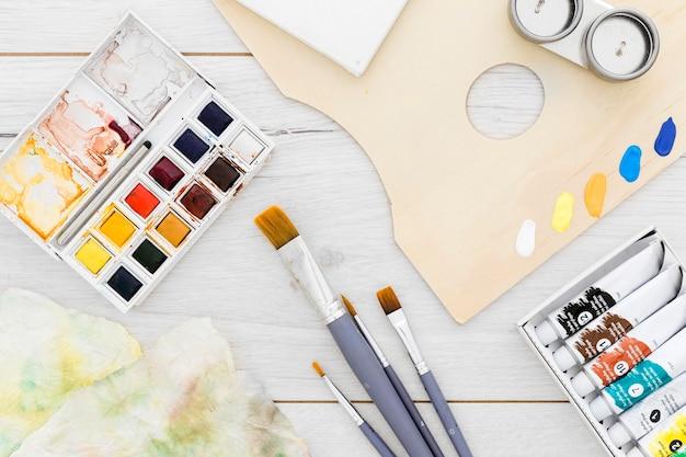 Assortimento di forniture per pittura sul tavolo